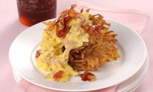 Uova strapazzate allo speck su rösti di patate