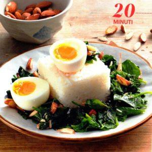 Uovo barzotto su letto di riso ed erbette